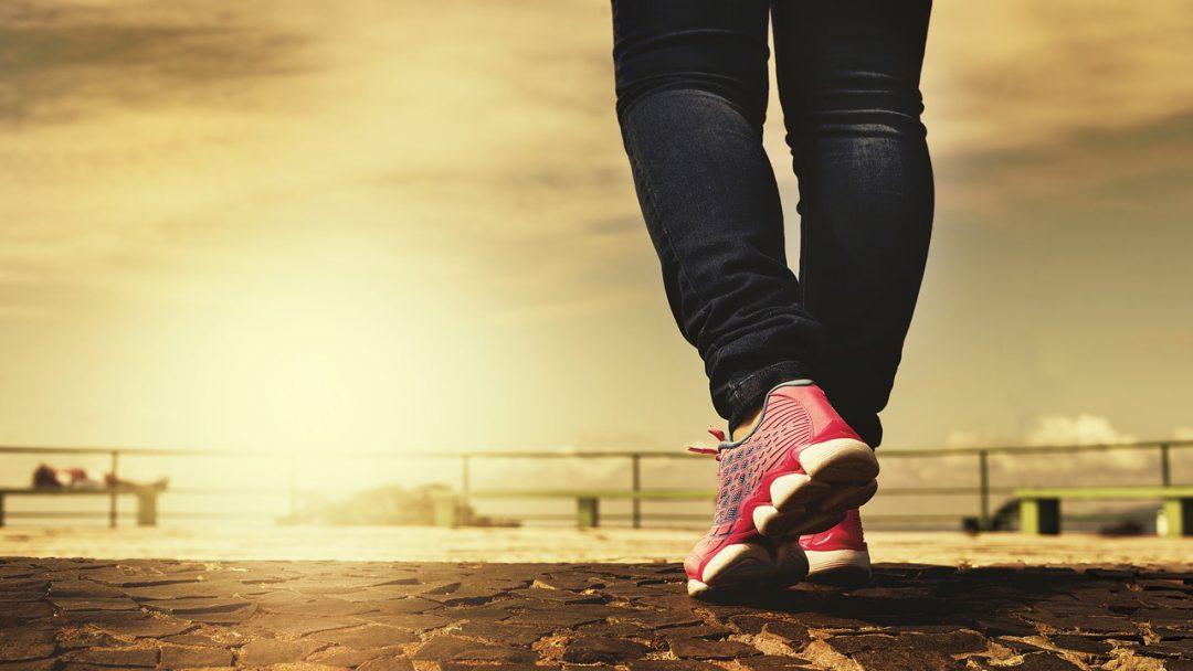 Como aliviar a dor nos pés utilizando uma bola de tênis